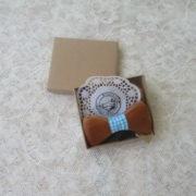 ξυλινο παπιγιον με γαλάζια κορδελα